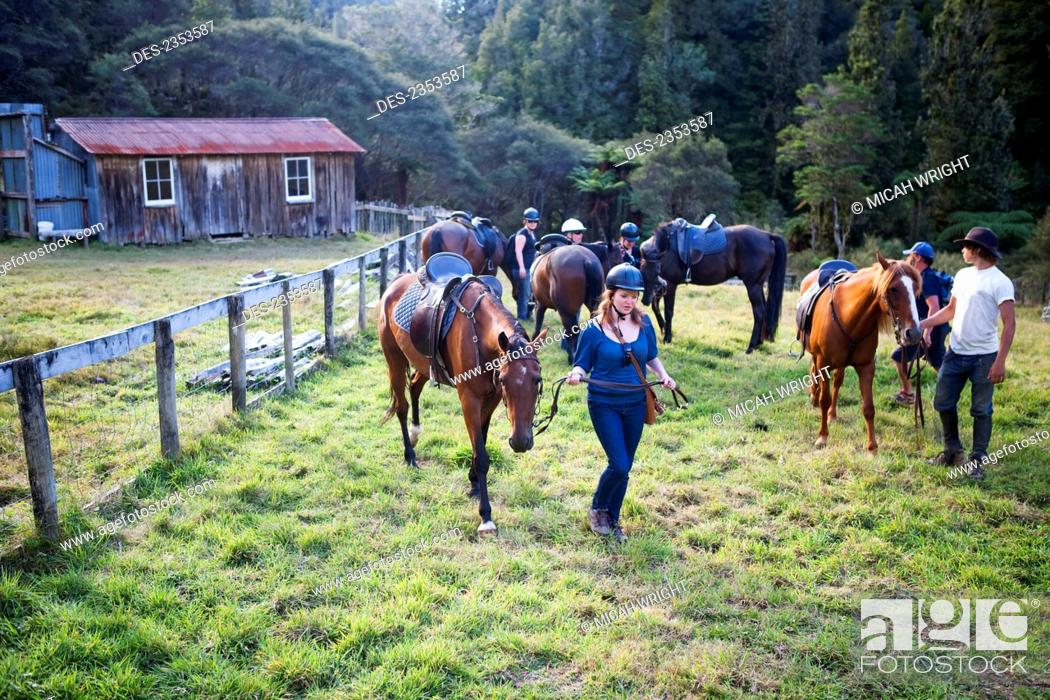 Imagen: Horseback riding at Blue Duck lodge, a working New Zealand farm in the Whanganui National park; Whakahoro, New Zealand.