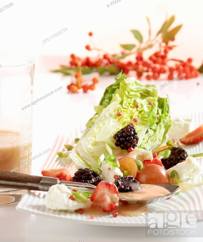 Imagen: Fruity little gem lettuce with a rowan berry vinaigrette.