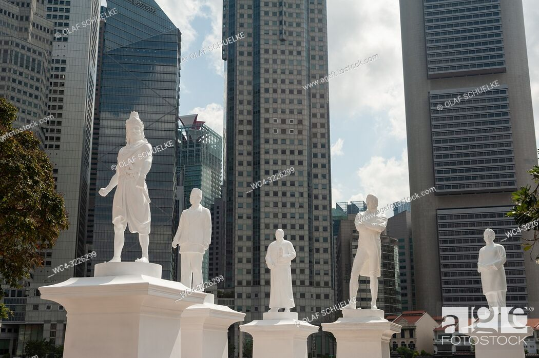 Imagen: Singapore, Republic of Singapore, Asia - The statue of Sir Thomas Stamford Raffles is temporarily seen at the Singapore River along with four more statues of.