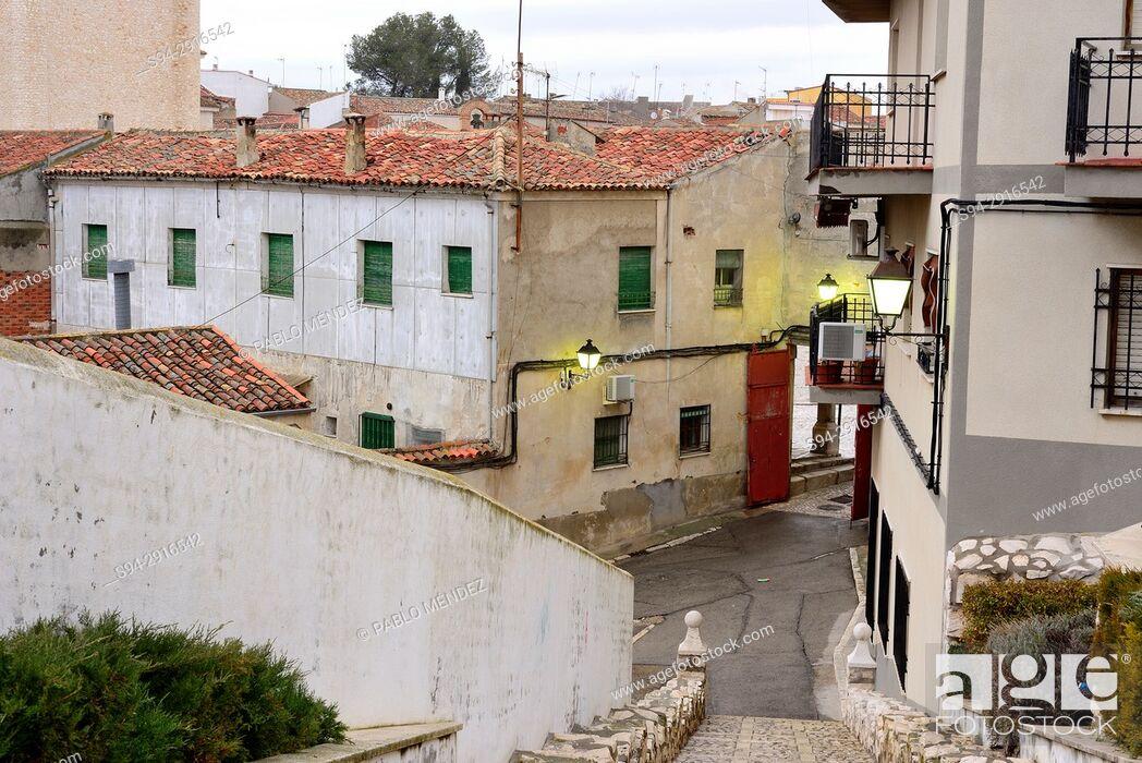Imagen: Street to get in a Main square of Colmenar de Oreja, Madrid, Spain.