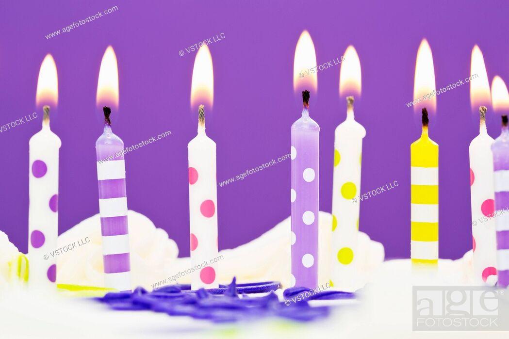 Imagen: Burning candles on cake.