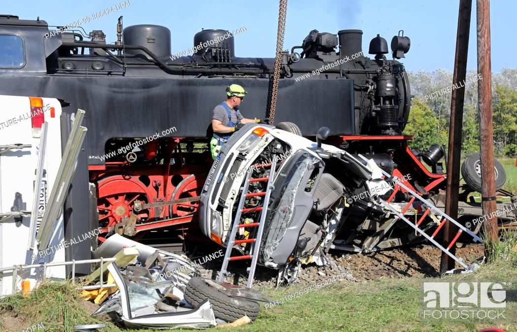 Stock Photo: 26 September 2021, Mecklenburg-Western Pomerania, Wittenbeck: After the collision of the Molli miniature railway with a mobile home.