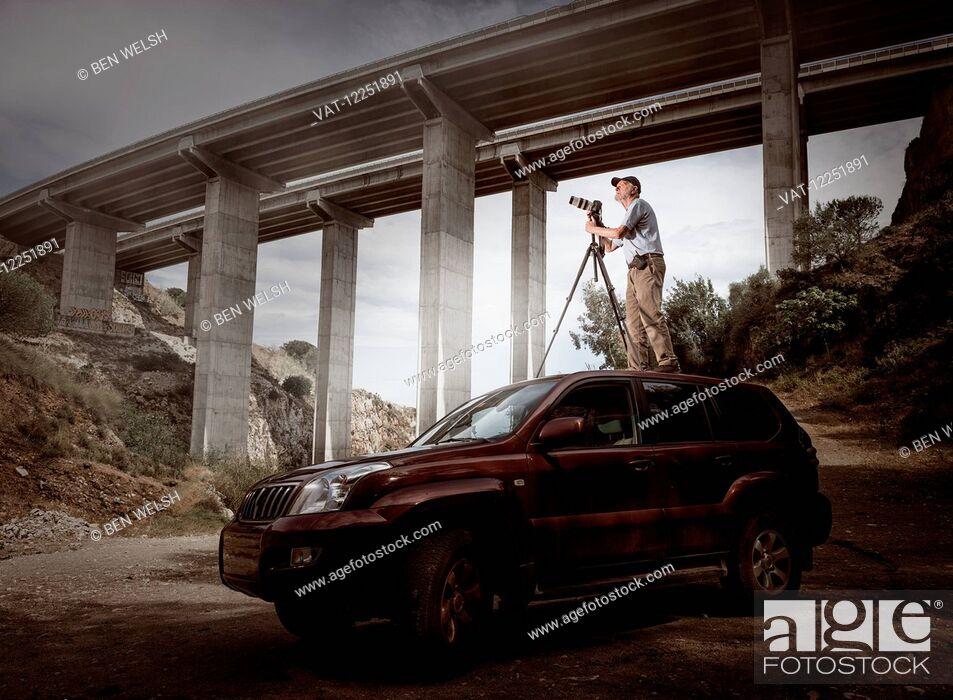 Imagen: Photographer on top of a 4x4 wheel car; Benalmadena Costa, Malaga, Andalusia, Spain.