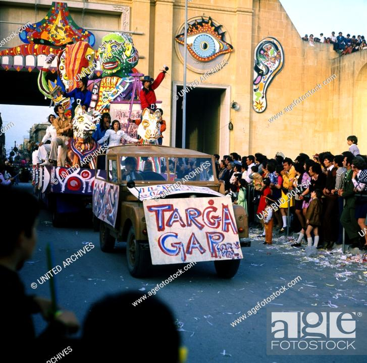 Stock Photo: Eine Reise nach Malta. Karneval in Valetta, Februar 1975. Travel to Malta, Carnival in Valetta, February 1975. Boys as girls - young boys as beautiful girls.