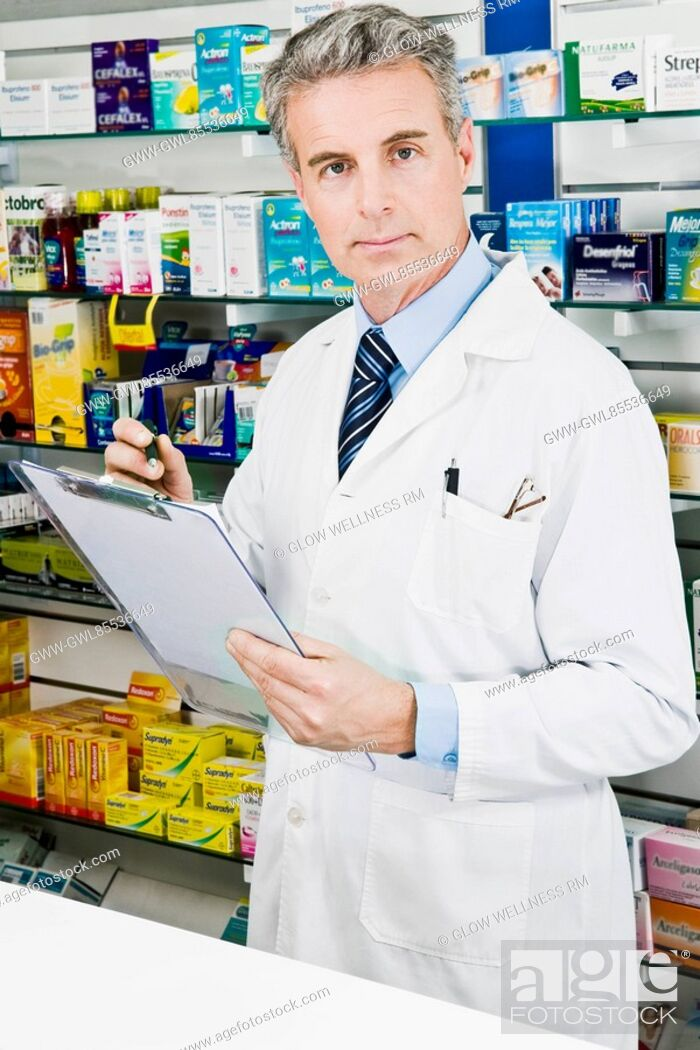 Imagen: Portrait of a pharmacist holding a clipboard.