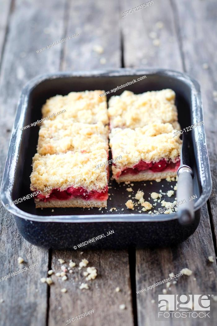 Photo de stock: Rhubarb and strawberry strudel cake.