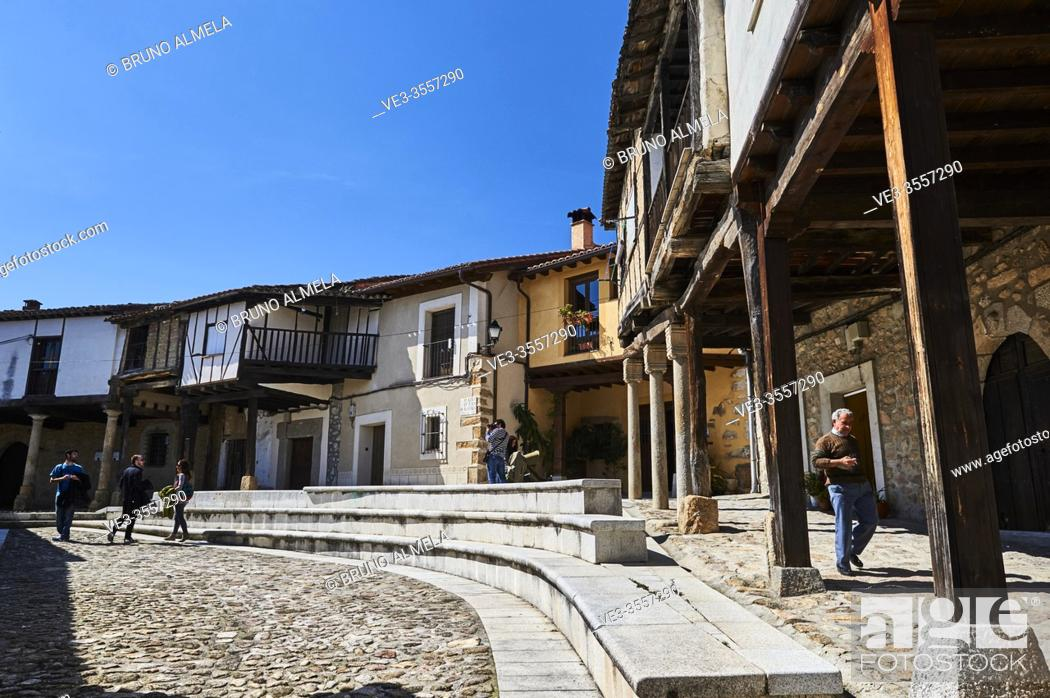 Imagen: People visiting the medieval square in Cuacos de Yuste, Extremadura (Spain).