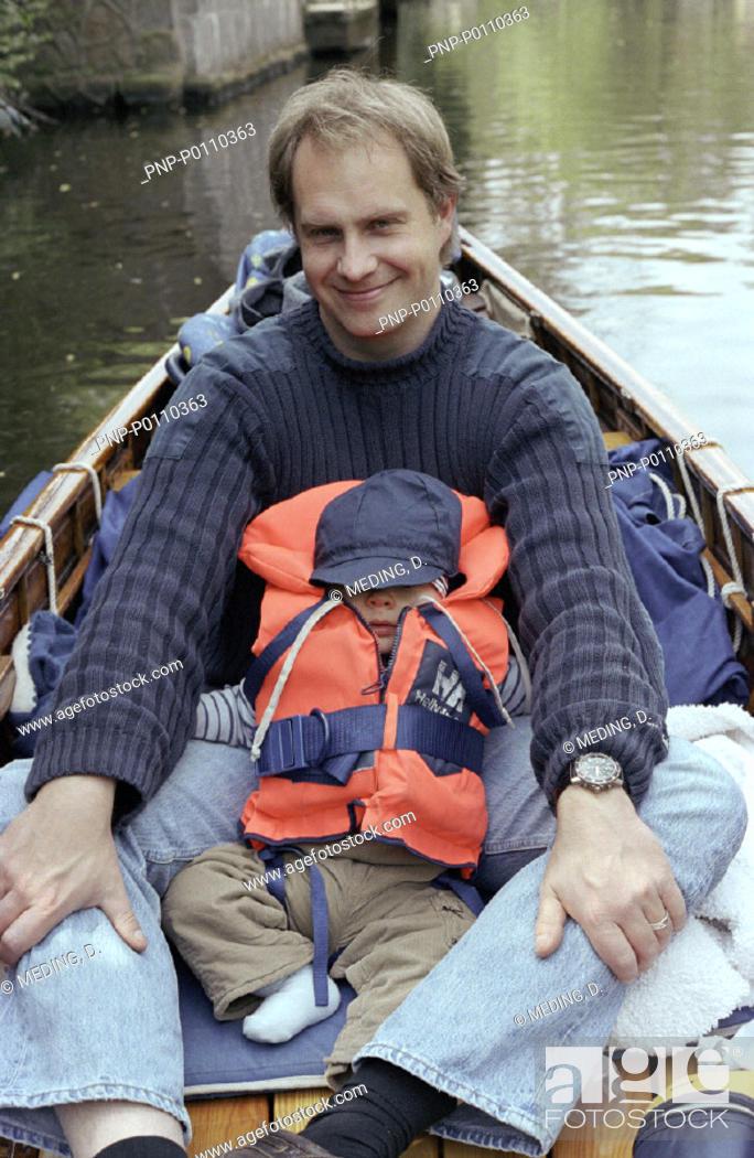 Stock Photo: Vater und Sohn im Kanu.