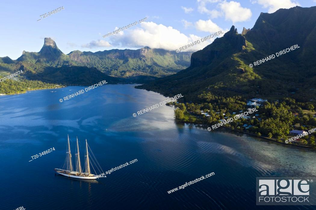 Imagen: Sailing Boat in Cook's Bay, Moorea, French Polynesia.