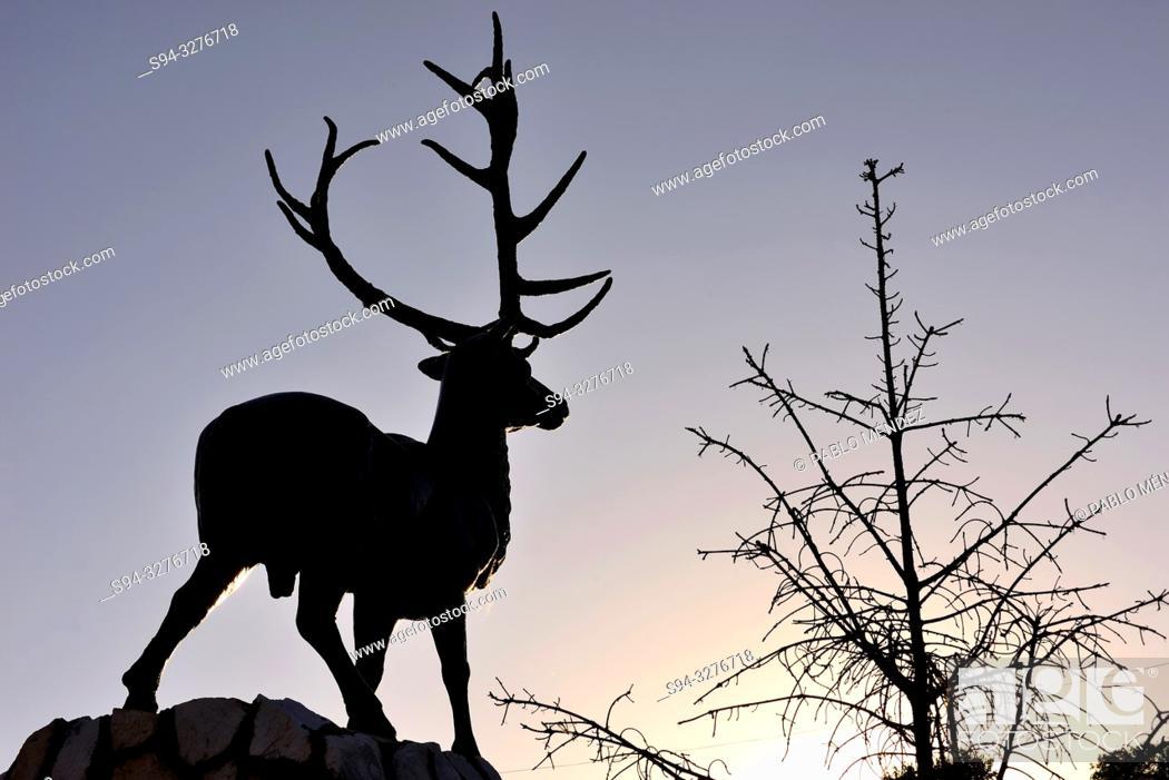 Imagen: Sculpture of a deer over Naryn river, Naryn, Kyrgyzstan.