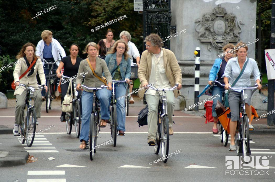Stock Photo: Cyclists. Amsterdam, Netherlands/ Ciclistas en Amsterdam. La bicicleta es el transporte de medio millon de habitantes de Amsterdam que van al trabajo de compras.