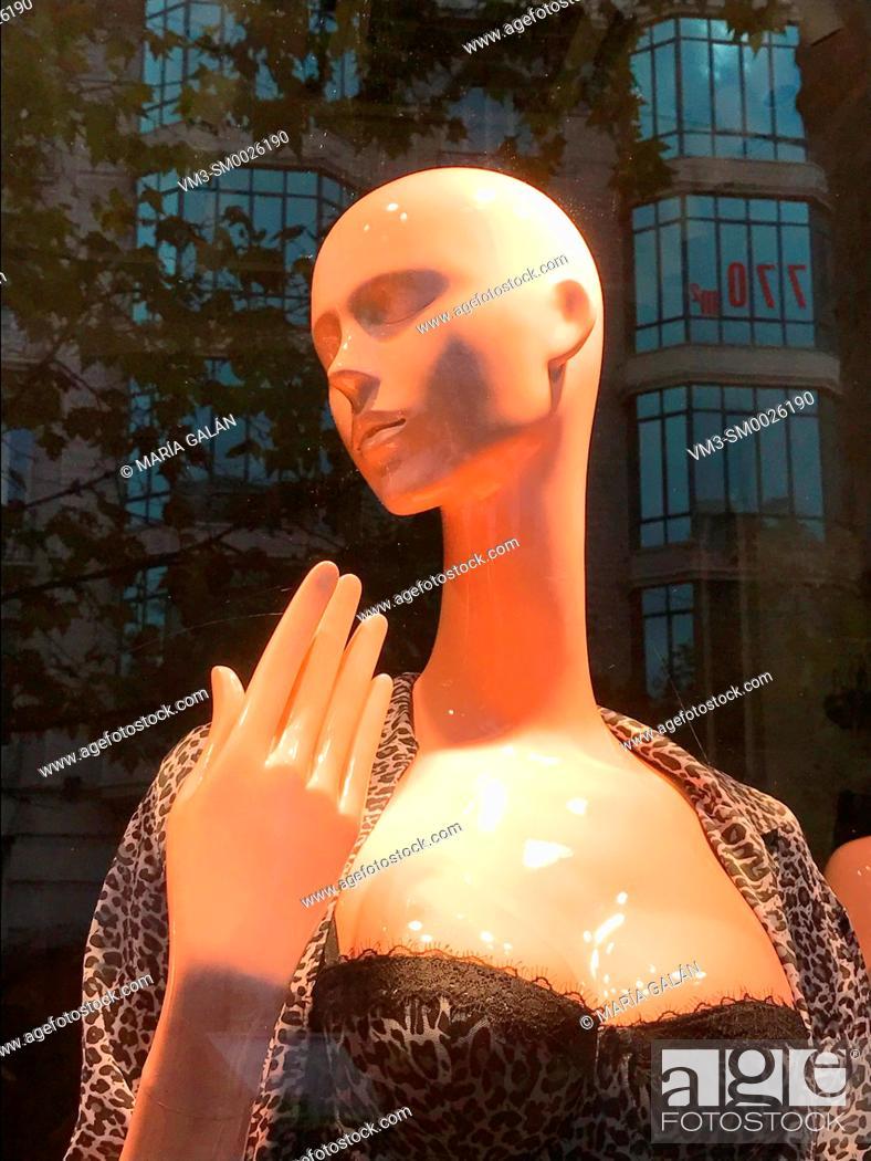 Imagen: Mannequin in a shop window. Serrano street, Madrid, Spain.