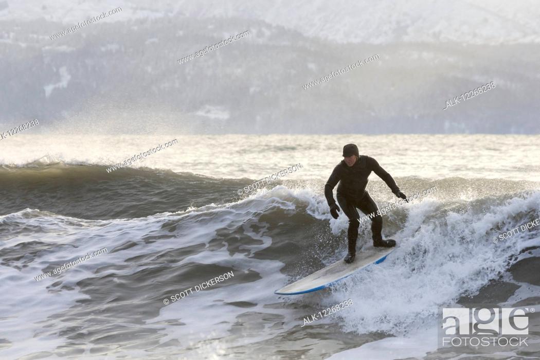 Imagen: Person surfing in winter in Homer, Kenai Peninsula, Kachemak Bay, Alaska.