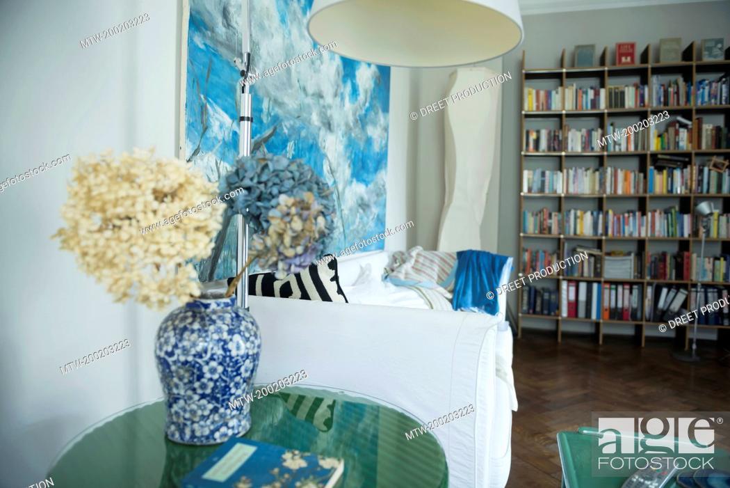 Imagen: Interior of living room with bookshelf.