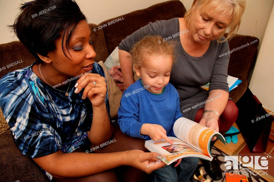 Imagen: Mother and toddler at home with health visitor.