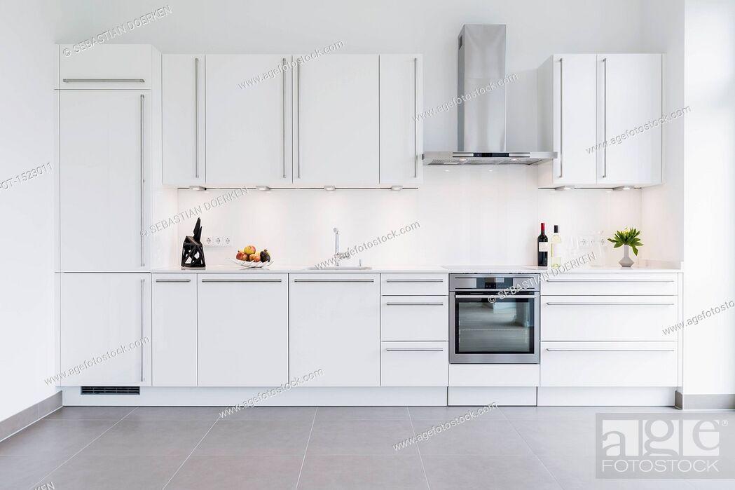 Imagen: Modern kitchen design with white cabinets.