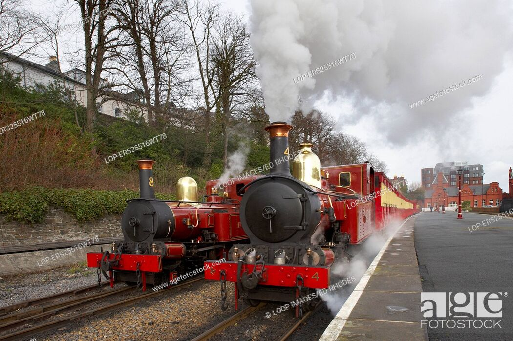 Imagen: Two steam trains at Douglas Station on the Isle Of Man.