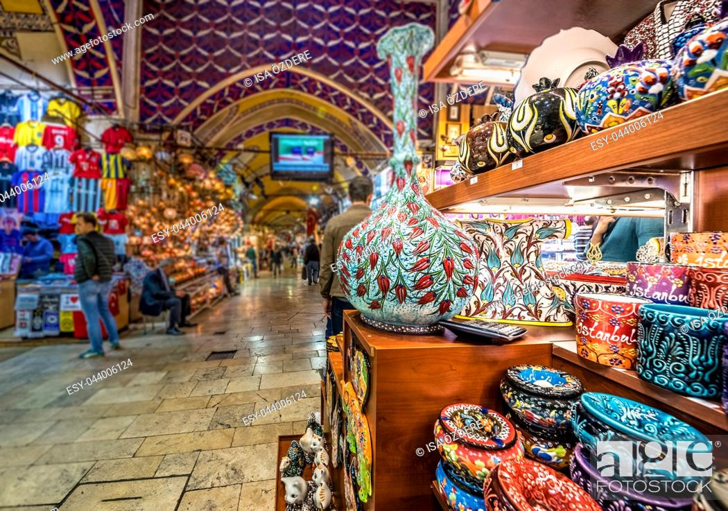Imagen: Unidentified Tourists visiting and shopping in the Grand Bazaar in Istanbul. Interior of the Grand Bazaar with souvenirs on the foreground.