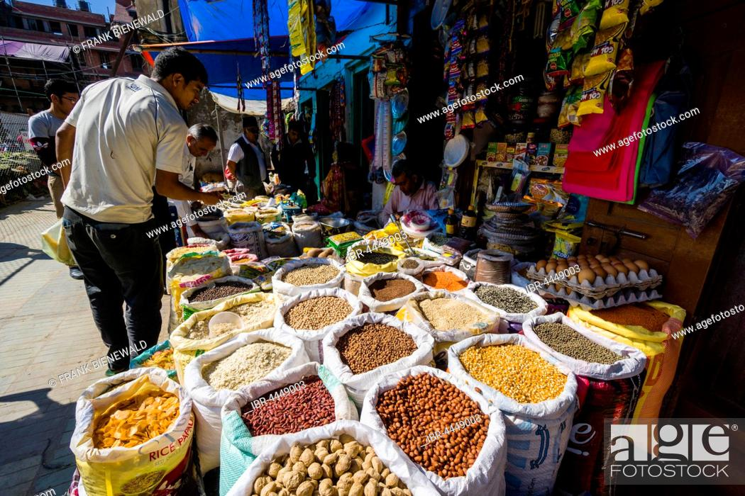 Imagen: Different spices, nuts, beans and lentils are sold in street market, Kathmandu, Kathmandu District, Nepal.