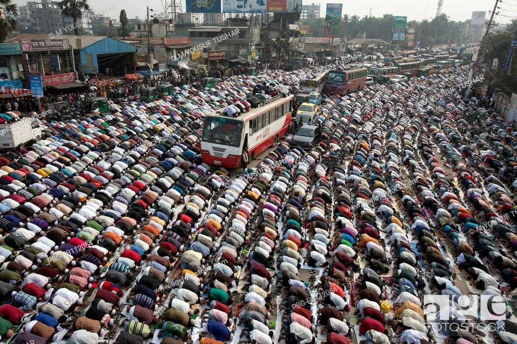 Imagen: Muslims are praying at in the road due to large number Muslims gathered at Bishaw ijtema at Tongi, Bangladesh Bishaw Ijtema is the second largest Muslim.
