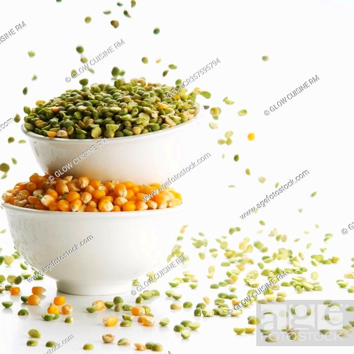 Imagen: Close-up of bowls of green lentils and corn kernels.