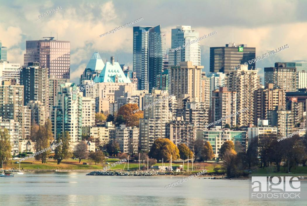 Imagen: downtown Vancouver skyline from west of Kitsilano Beach.