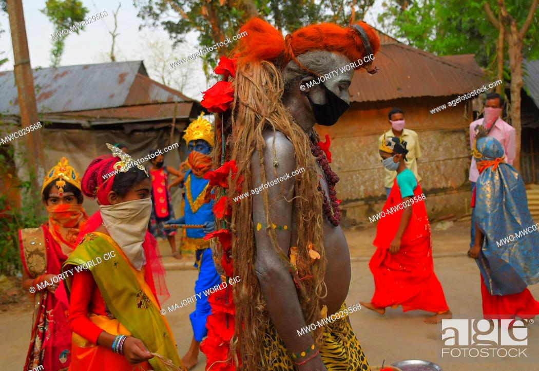 Imagen: AGARTALA, TRIPURA, INDIA, 12-04-2020 : Folk artists are performing the rituals of Shiber Gajan with covering the face with cloth and mask.