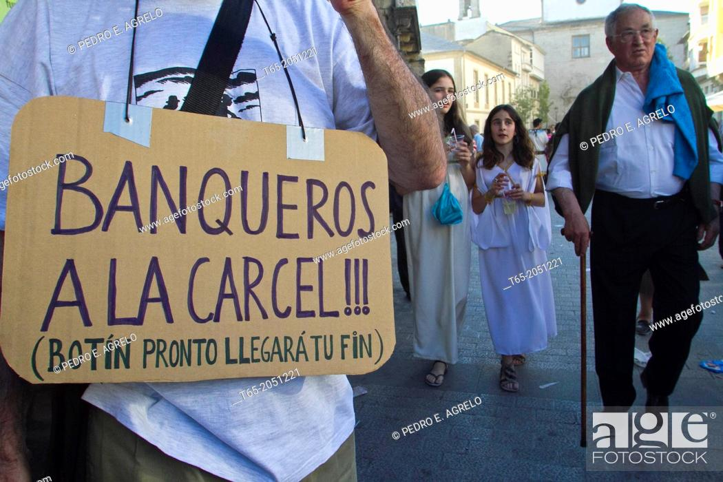 Imagen: Date :19-06-2011 In Lugo, 15M slaves march. Call indignados movement state, coinciding with the celebrations of Arde Lucus, protesters slave dress.