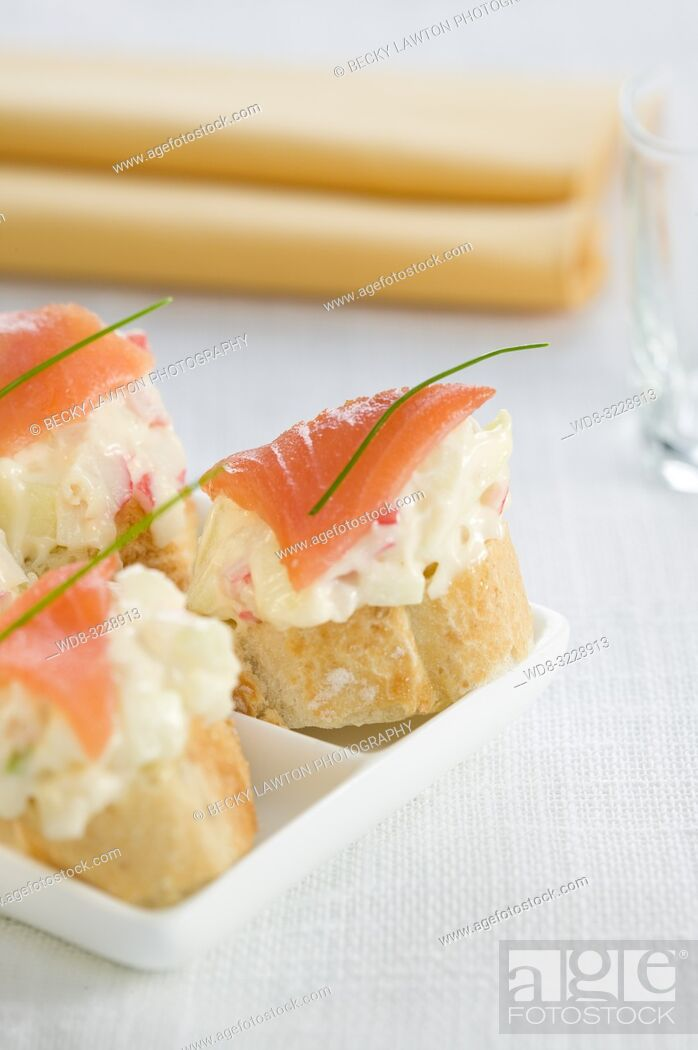Stock Photo: Montadito de chatka, manzana, salmon y mayonesa / Montadito of chatka, apple, salmon and mayonnaise.