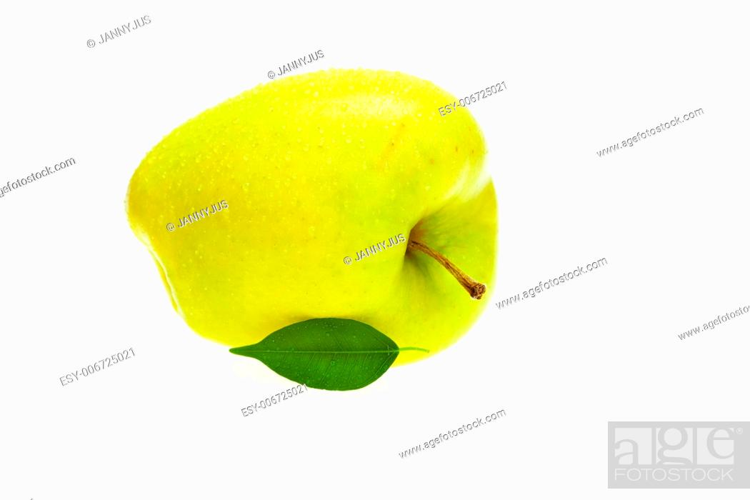 Imagen: apples with green leaves isolated on white.
