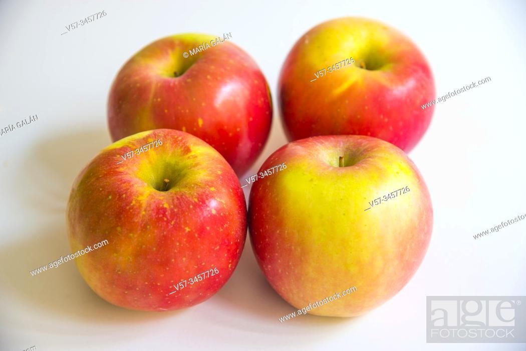 Imagen: Four apples.
