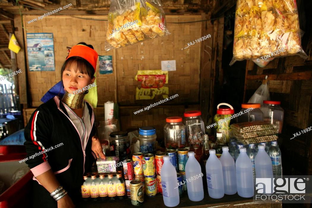 Photo de stock: Longneck girl at a local shop Approximately 300 Burmese refugees in Thailand are members of the indigenous group known as the Longnecks The largest of the three.