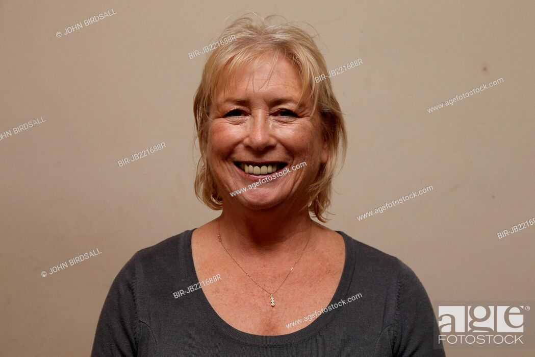 Imagen: white woman smiling.