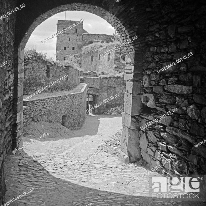 Stock Photo: In der Ruine der Burg Rheinfels bei St. Goar, Deutschland 1930er Jahre. Inside the remains of Rheinfels castle near St. Goar, Germany 1930s.