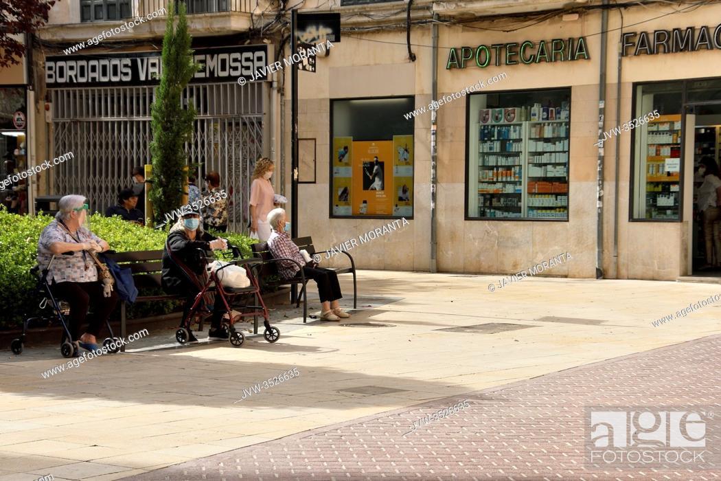 Imagen: Elderly people sitting on public benches in Palma de Mallorca, Spain.