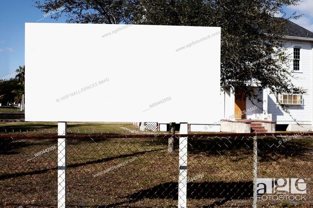 Imagen: Blank Billboard on a Lawn.