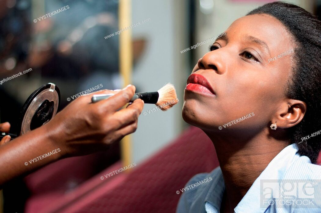 Imagen: young woman is makeup in a beauty salon.
