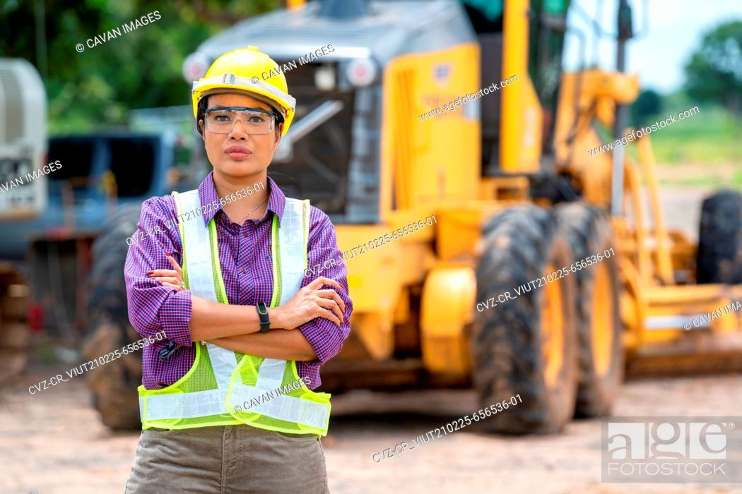 Imagen: Female civil engineer or architect with yellow helmet.