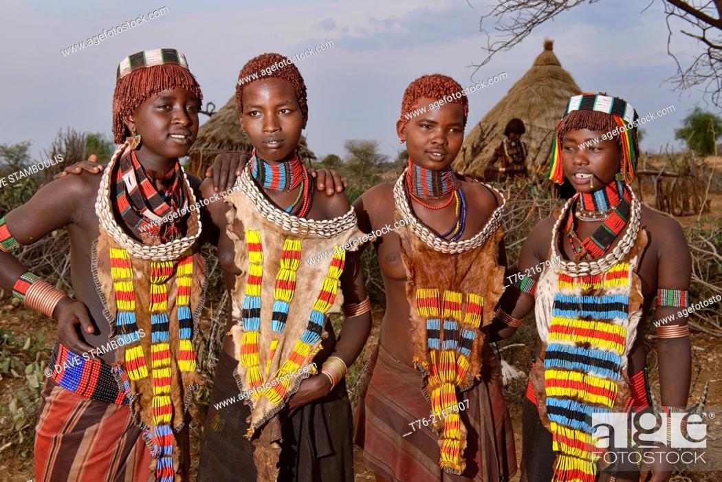 Imagen: Hamer girls in their village near Turmi in the Omo Valley, Ethiopia.