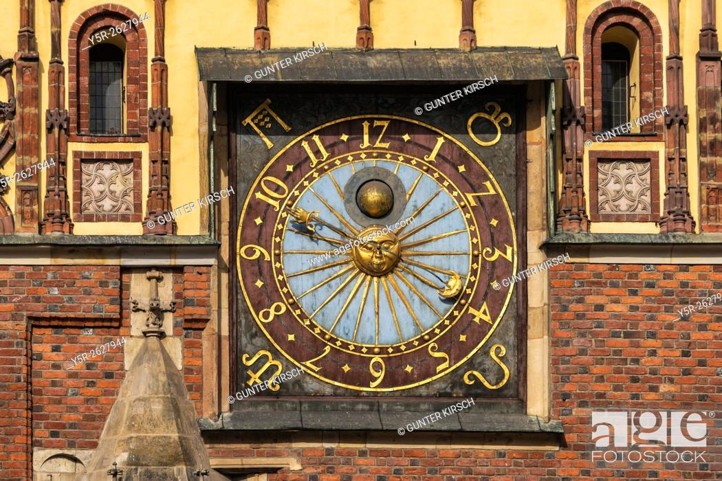 Imagen: Astronomical clock on the Eastern facade of the Town Hall from the year 1580. The Old Town Hall of Wroclaw stands at the center of the city's Market Square.