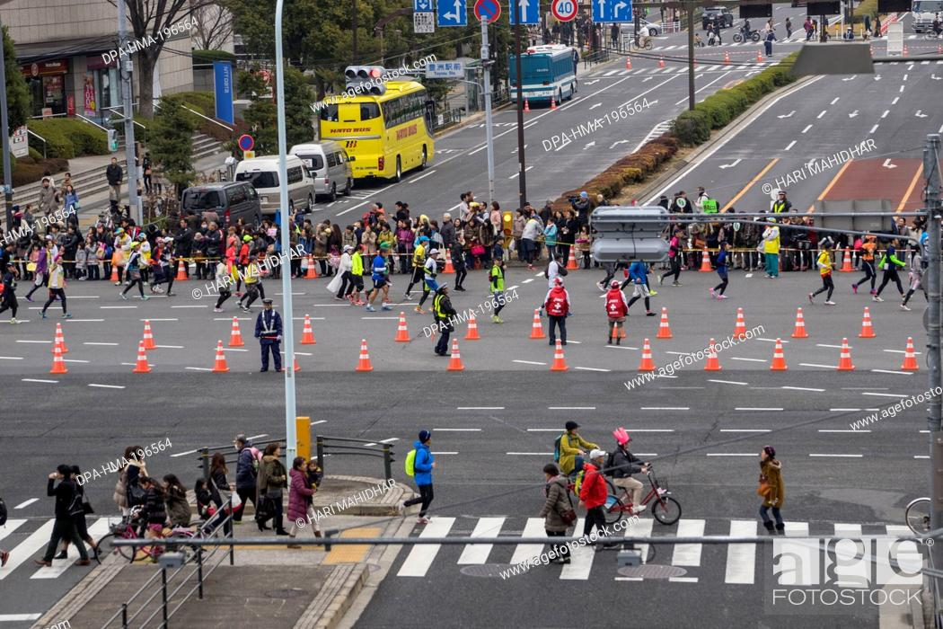Imagen: Participants running in marathon, tokyo, japan.