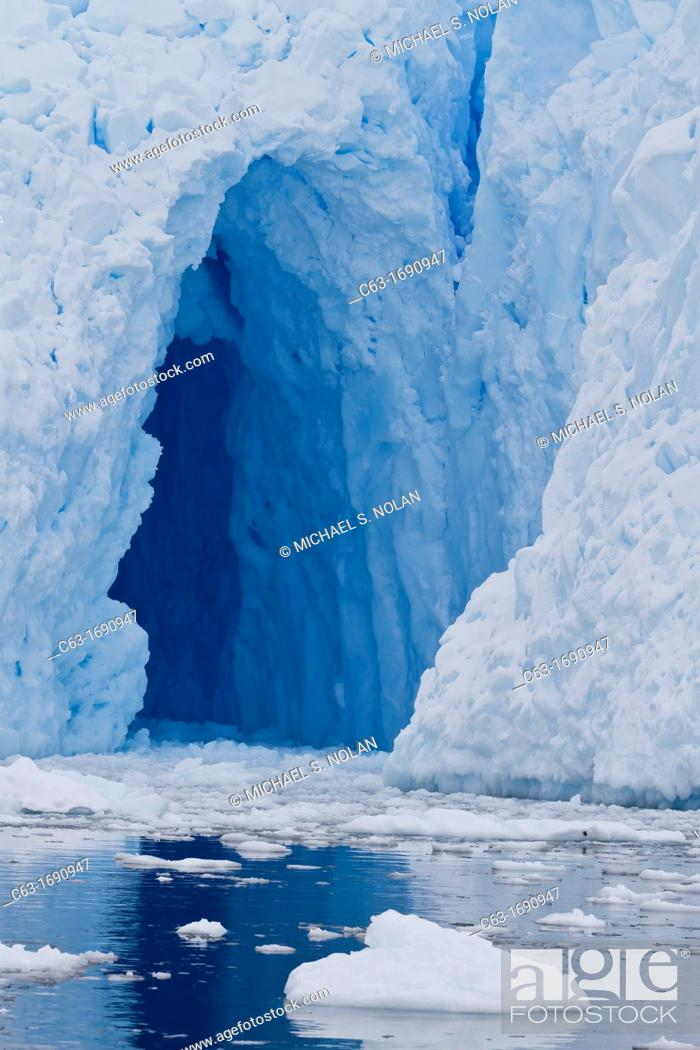 Imagen: View of tidewater glacier cave found deep inside Neko Harbor on the western side of the Antarctic Peninsula, Southern Ocean.