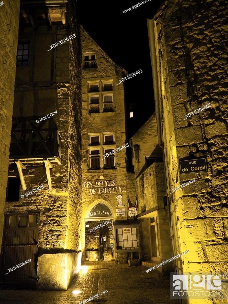 Imagen: medieval streets at night, Sarlat-la-Caneda, Dordogne Department, Nouvelle-Aquitaine, France.