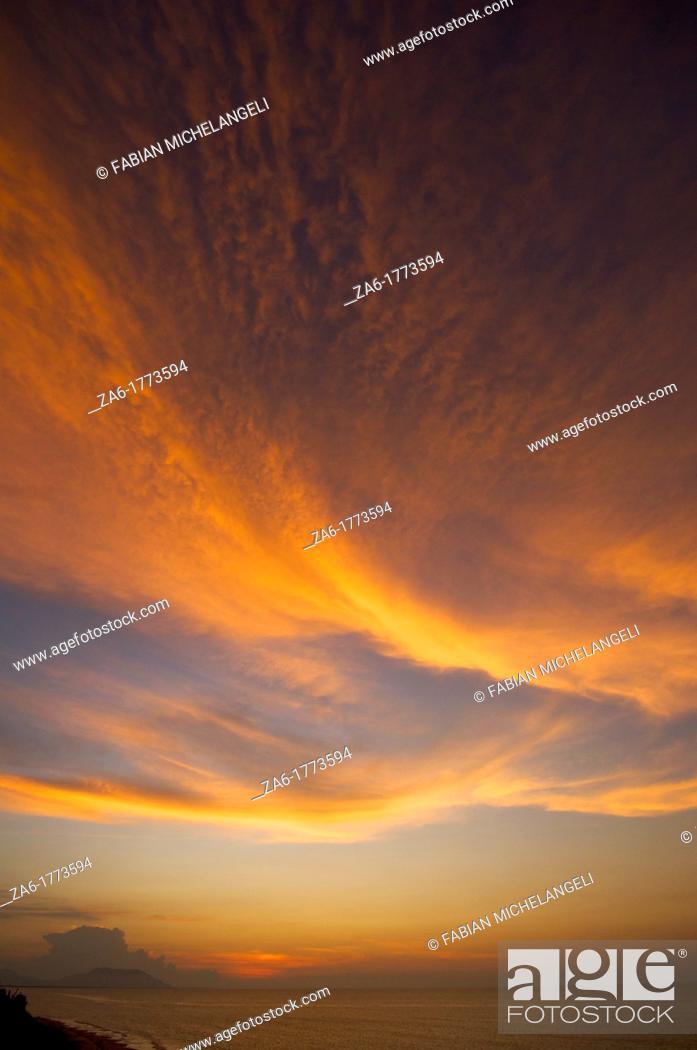 Imagen: Sunset clouds in Puerto Piritu in the eastern coast of Venezuela.