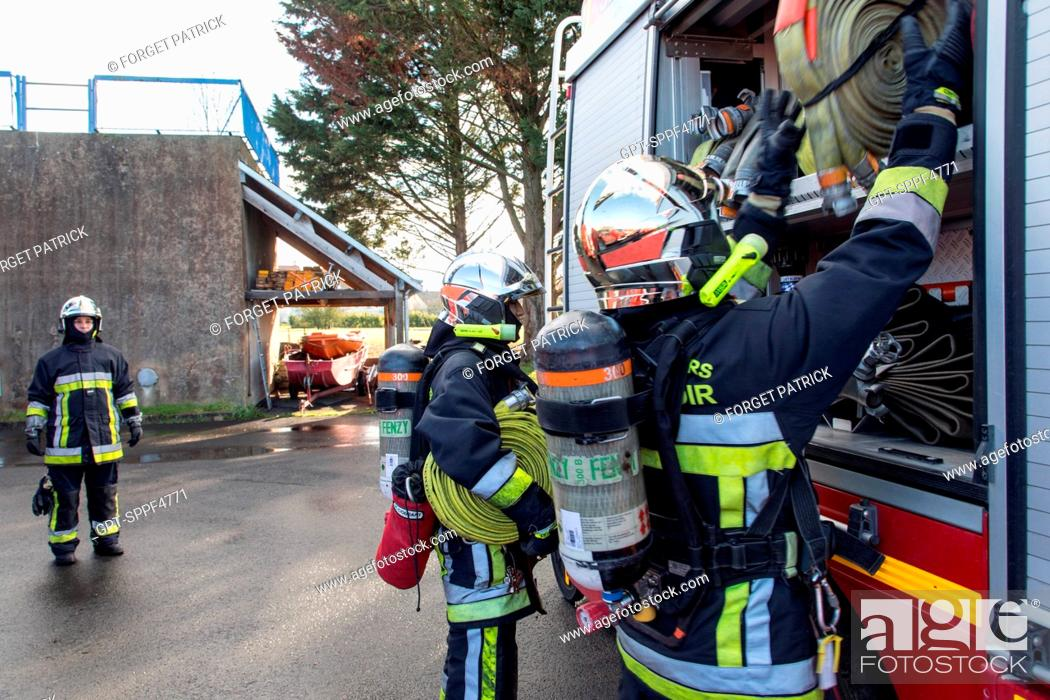 Imagen: LOWERING THE HOSES DURING MANOEUVRES IN A CELLAR FIRE, EMERGENCY SERVICES DEPARTMENT OF CHATEAUDUN, EURE-ET-LOIR (28).