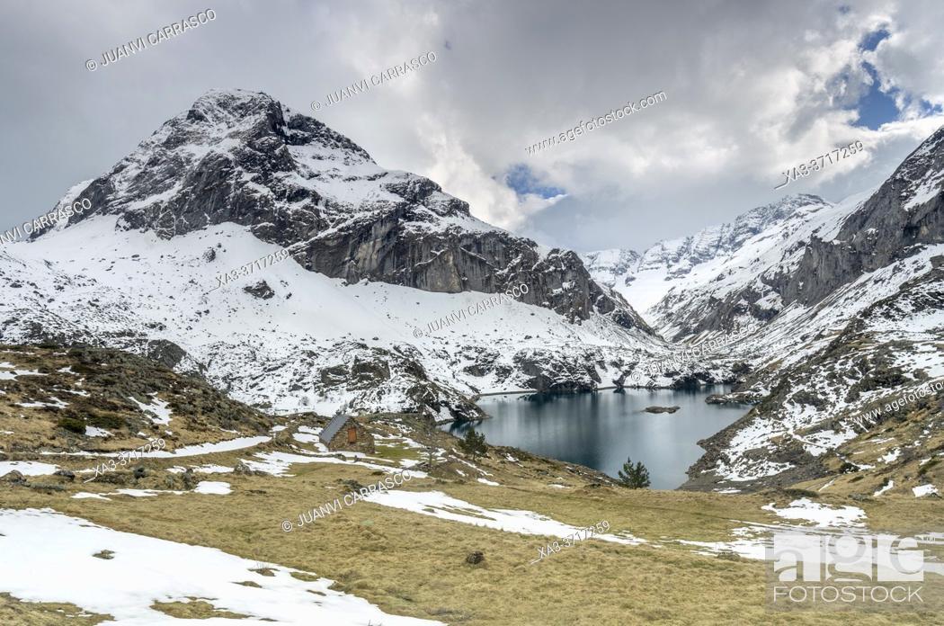 Stock Photo: Gloriettes lake in Estaube valley, Pyrenees national park, France.