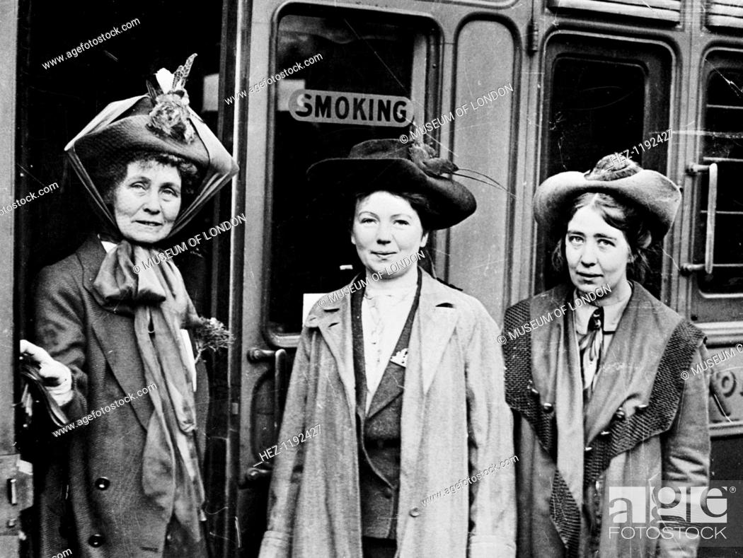 Photo de stock: Emmeline (left), with her daughters Christabel (centre), and Sylvia Pankhurst, (right), Waterloo Station, London, 4th October 1911.