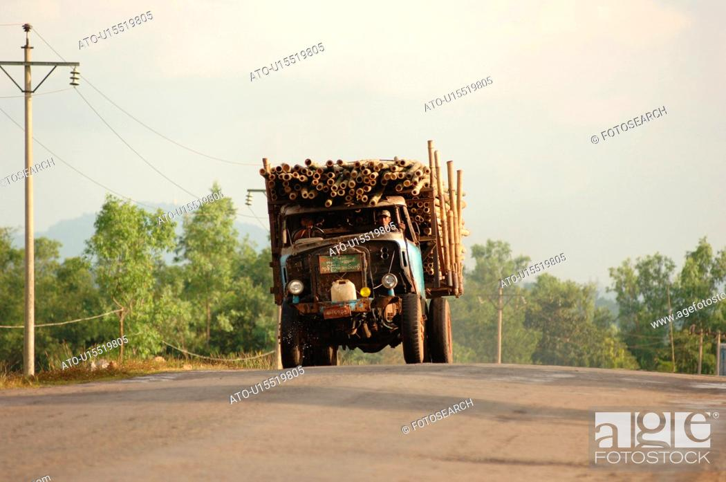 Imagen: Truck carrying logs driving towards camera.