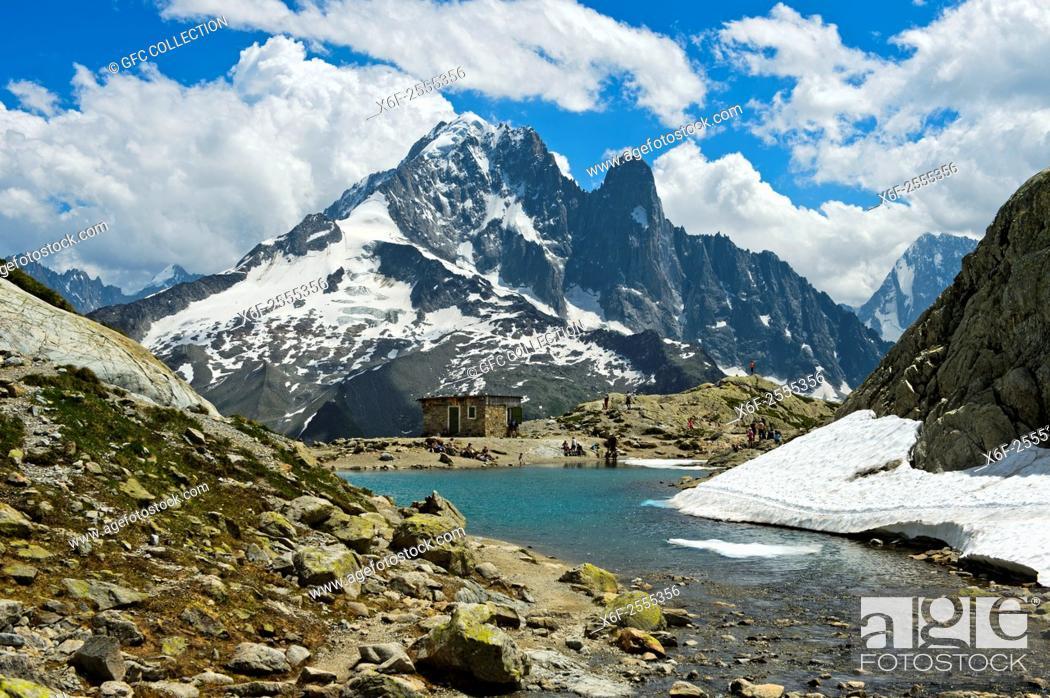 Photo de stock: At the mountain lake Lac Blanc in the Aiguilles Rouges National Nature Reserve, peak Aiguille Verte and Les Drus behind, Chamonix, Haute-Savoie department.