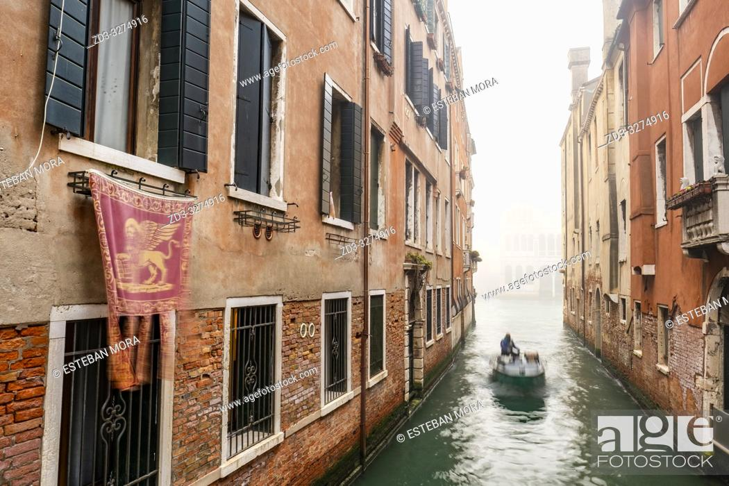 Imagen: view of a Venetian canal.